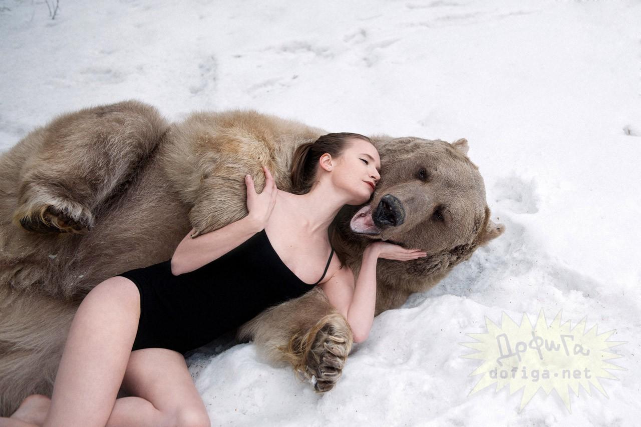 Dve ruské modelky sa nechali nafotiť s viac než 650-kilovým medveďom