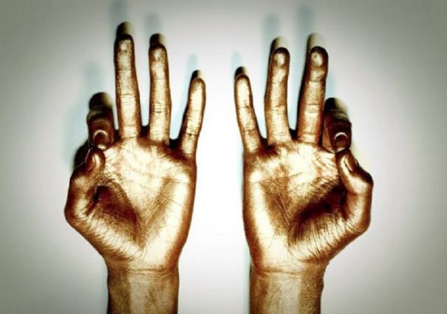 Drž ruky v tejto polohe a s tvojím telom sa začnú diať ohromné veci!