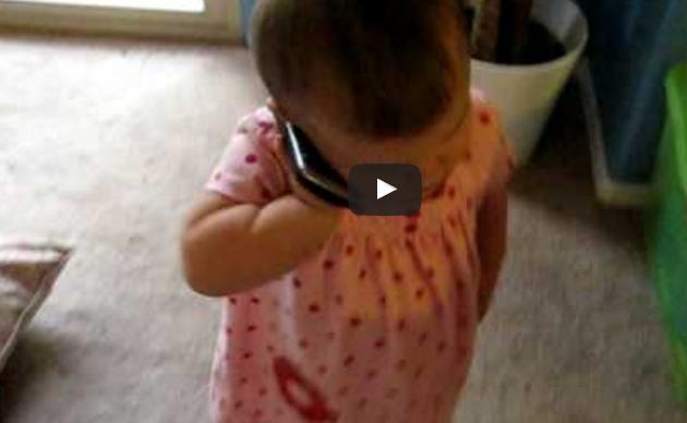Chcel počuť hlas svojej maličkej dcéry Emilie, tak jej zavolal. Video sa okamžite stalo hitom