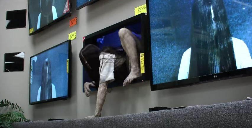 Samara strašila ľudí v obchode s elektronikou. Sleduj reakcie ľudí!