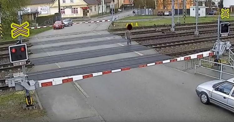 Muž riskoval, keď prechádzal cez železničnú trať. Zasiahol ho totiž vlak a doteraz nikto nechápe, ako prežil