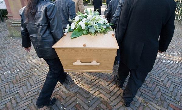AKO Z HORORU: 17-ročný chlapec sa prebral v rakve cestou na vlastný pohreb
