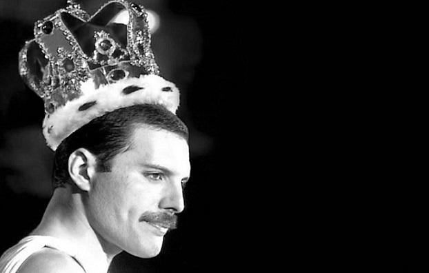 Niekto odstránil hudbu z hitu We Are the Champions. Vychutnaj si úžasný hlas Freddieho!