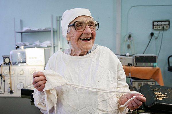 Zverili by ste sa do rúk najstaršej chirurgičky na svete? Má 89 rokov a robí 4 operácie denne