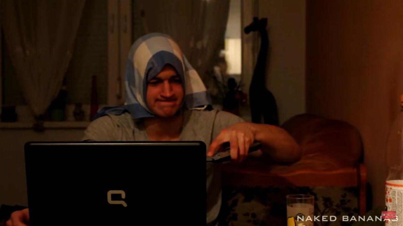 Naked Bananas vo videu ukázali, čo robia staršie generácie, keď sa snažia používať počítač!
