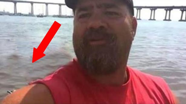 Muž si chcel spraviť selfie pri vode, podarilo sa mu zachytiť niečo nevídané