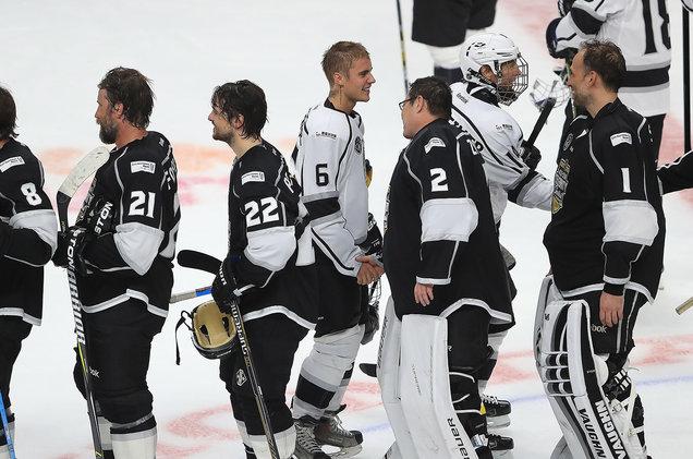 Justin Bieber by sa mohol pokojne živiť ako hokejista! Sleduj, ako mu to šlo v zápase s hviezdami NHL
