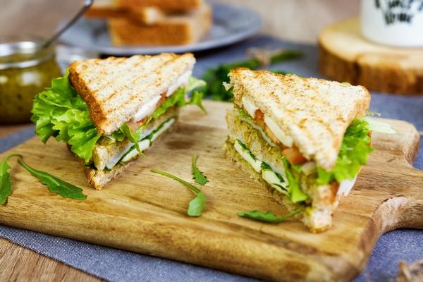Valentínsky šunkový sendvič s petržlenovým pestom poteší nielen teba, ale aj tvoju polovičku