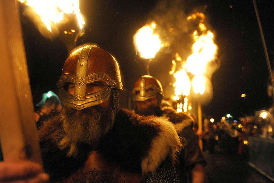 Nahliadnite prostredníctvom fotografií a videa na škótsky festival Vikingov. Zábery sú naozaj úžasné