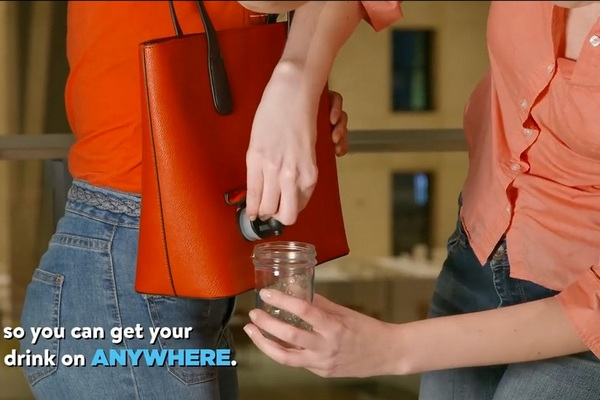 Ženy zbystrite pozornosť. S touto unikátnou kabelkou si svoj obľúbený nápoj vychutnáte kdekoľvek