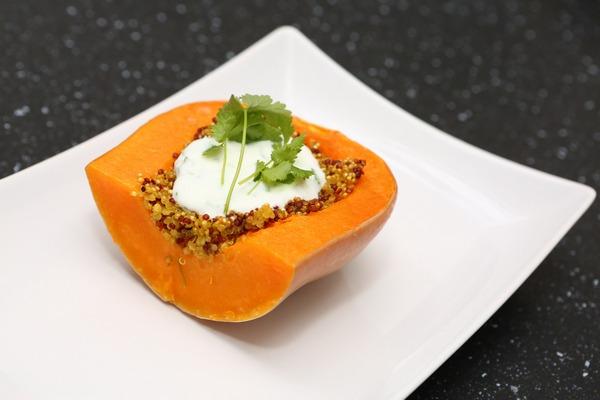 Pečená tekvica nemusí byť ani zďaleka obyčajný recept. Pridajte do neho quinoa a bylinky