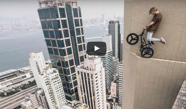 VIDEO, KTORÉ NEDOPOZERÁŠ DO KONCA: Akrobatické kúsky mladého muža na mrakodrape ťa dostanú!