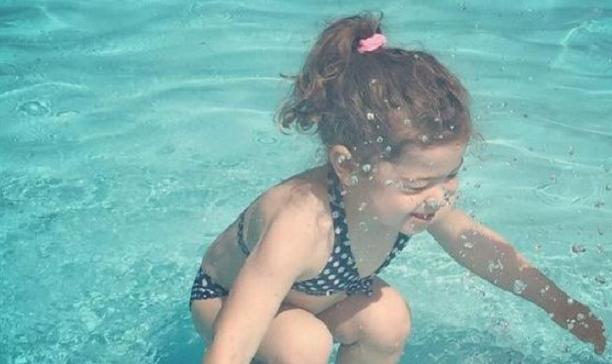 Je toto dievčatko pod vodou alebo nad vodou?! Fotka rozhádala svet, my poznáme odpoveď