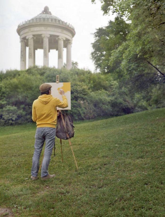 Tento umelec navštevoval krásne miesta len kvôli tomu, aby namaľoval farbu svojho trička. Čo však za tým naozaj je?