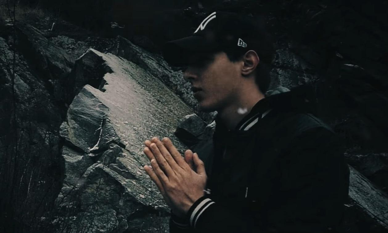 Mladý rapper Guzmo v novom songu o tom, že si každý z nás kope svoj vlastný hrob