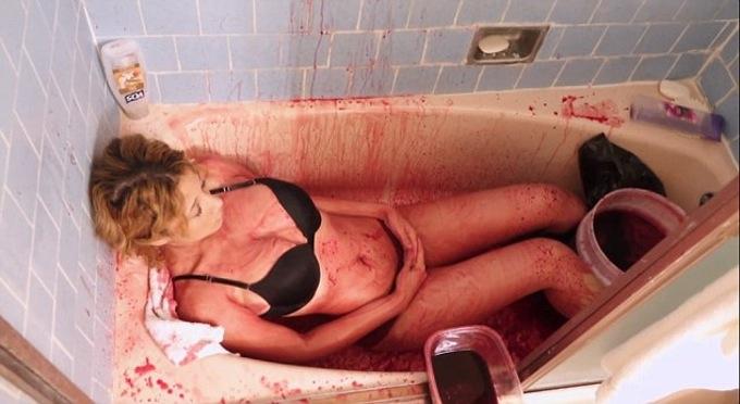 Moderná Báthoryčka? Mladá žena sa denne kúpe v krvi, pretože sa bojí starnutia