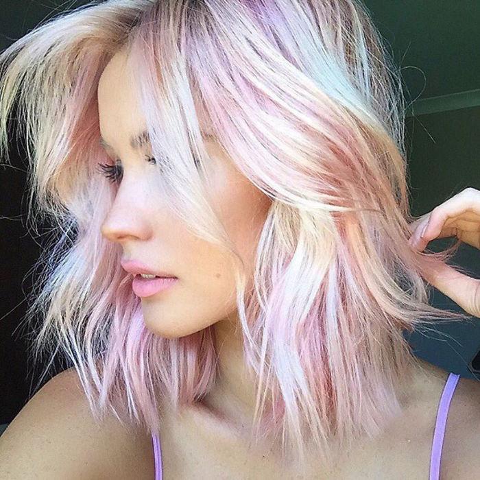 Ženy, neviete do akej farby ísť? V roku 2017 sú trendy holografické vlasy. Tieto fotky vás inšpirujú
