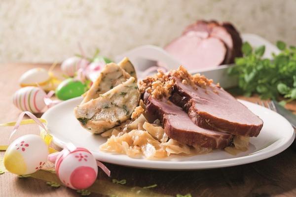 Pečené údené mäso s dusenou kapustou na víne a žihľavovou knedľou. Netradičný, ale chutný recept
