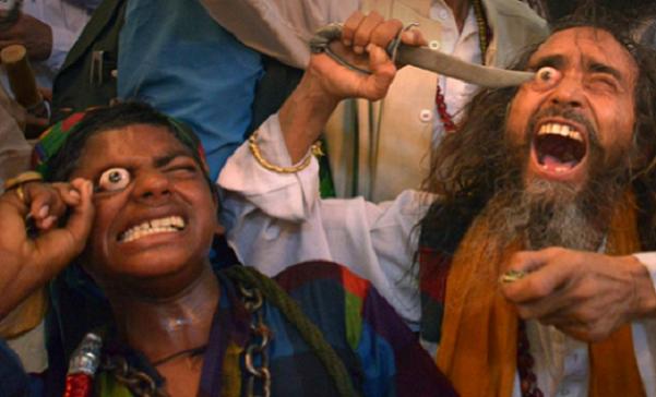 ŠIALENOSŤ NA FESTIVALOCH V INDII: Ľudia si tu vypichujú oči! Prečo to tí šialenci robia?!