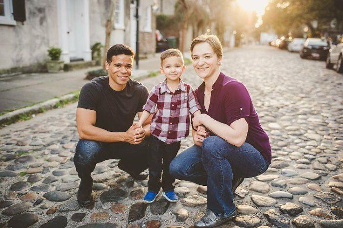 Rozvedení rodičia si robia každý rok spoločnú fotku so svojím synom. Dôvod sa stal virálnym hneď po zverejnení a väčšina ho obdivuje!