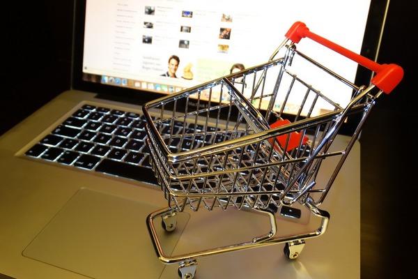 Čoraz viac ľudí nakupuje cez internet. Podľa čoho si zákazník vyberá eshop?