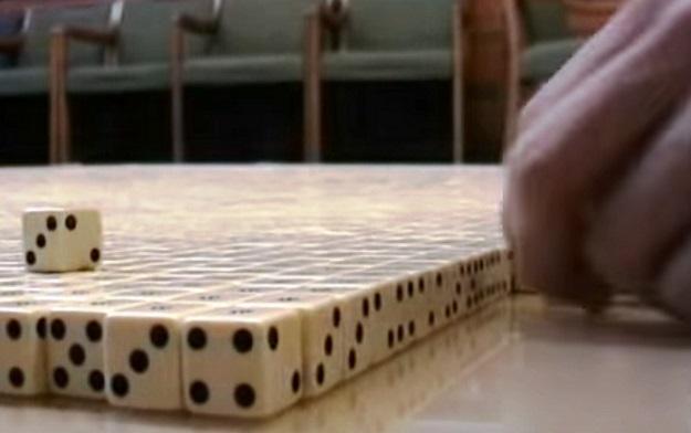 Chlapík sa rozhodol skladať 14-tisíc hracích kociek a nikto nechápal o čo mu ide. Neskôr, keď objekt nasnímala kamera, ostali všetci v šoku