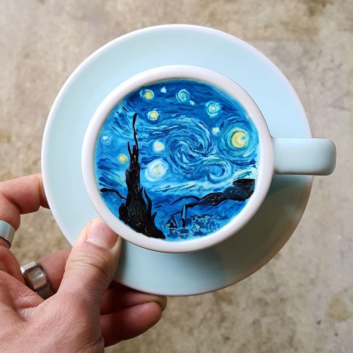 Baristi, máte sa čo učiť: Tento muž z Kórey tvorí umenie na hladine kávy
