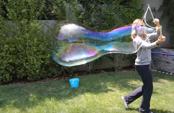 Miluješ bublifuk a fascinujú ťa gigantické bubliny, ktoré vytvárajú pouliční umelci? Prinášame ti návod, ako si ich jednoducho vyrobiť
