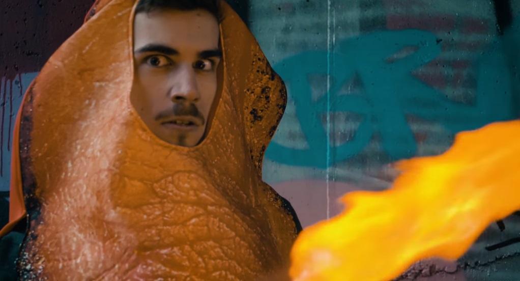 GoGo natočil perfektnú paródiu na rapperský klip! Kečup, mentos, múka, Coca-Cola, balóny… a klip je na scéne.