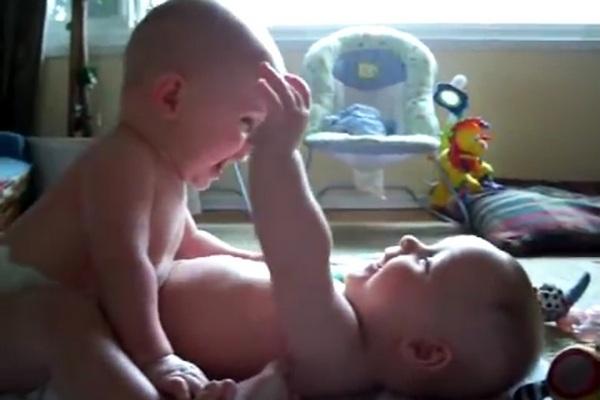 Mamička natočila konverzáciu svojich malých dvojčiat. Z videa puknete smiechom