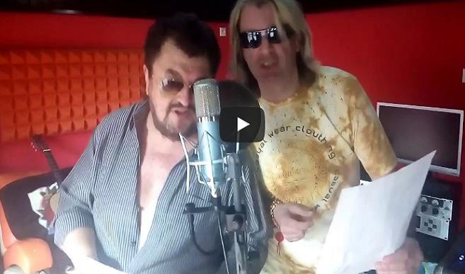 Braňo Mojsej a jeho hudobný kolega prespievali známy slovenský song. Z tohto budeš plakať, len je otázne či od smiechu