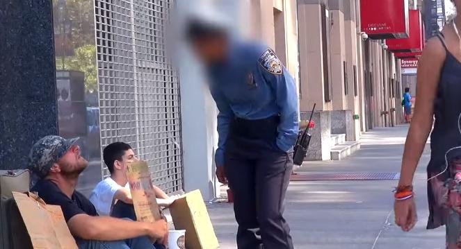 Policajtka uvidela bezdomovca a udrela ho do tváre, on však ostal pokojný. To, čo neskôr spravil chlapec, ktorý sedel vedľa, ťa dojme k slzám