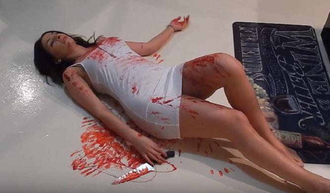 Chcela nachytať priateľa, tak pripravila brutálny prank plný krvi! Nakoniec sa jej to vypomstilo