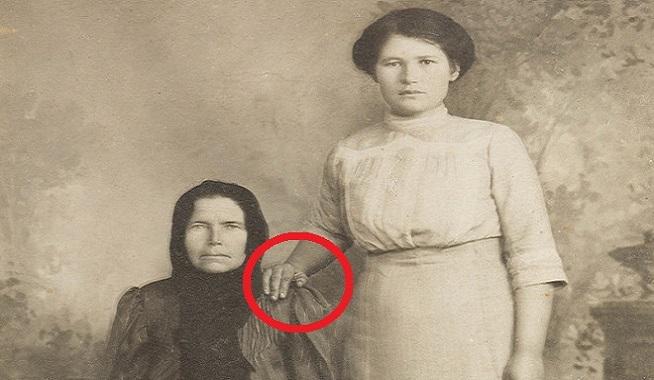 Vieš, prečo si ľudia na starých fotografiách dávali ruky na ramená? Dôvod je šokujúci