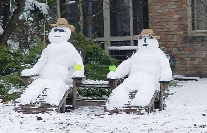 Je ti príliš teplo? Môžeš sa schladiť v meste, kde práve teraz stavajú snehuliakov