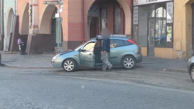 Mladý Čech nachytal zlodeja: V momente, keď vošiel do auta, to trpko oľutoval!