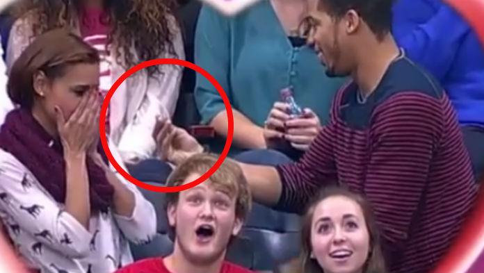 Muž sa rozhodol požiadať priateľku o ruku v momente, keď ich snímala Kiss Cam: Romantika sa však zvrtla, keď sa tam objavil jeho kamarát