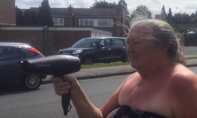 Babička s fénom je postrachom cestných pirátov: Takto geniálne vyriešila problém, s ktorým si nevedeli rady ani muži zákona