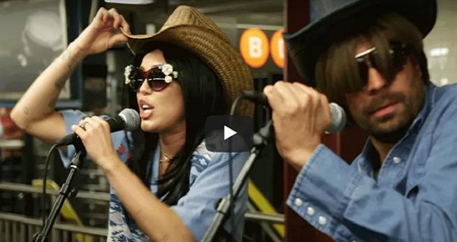 Neprestáva prekvapovať! Známa americká speváčka vystúpila inkognito v metre a šokovala okoloidúcich