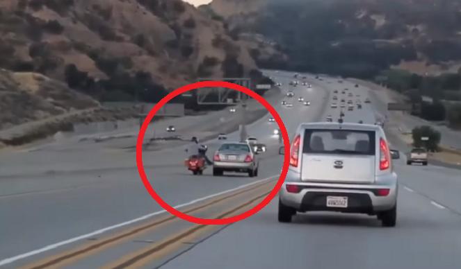 NEHODA AKO Z AKČNÉHO TRHÁKU: Drzý motorkár kopol počas jazdy do auta a tým sa všetko začalo