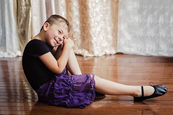 Matka necháva svojho 5-ročného syna obliekať sa, ako chce, a tak nosí dievčenské šaty. Je to podľa vás normálne?