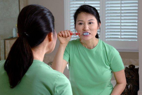 Čistíte si správne zuby? Výskum odhalil, že aj od toho závisí, či raz otehotniete alebo nie. Ako je to možné?