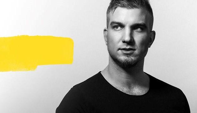 Lukáš Adamec vydal klip k nádhernej skladbe Horúca Láska, v ktorej vyznáva lásku dievčaťu z Luníka