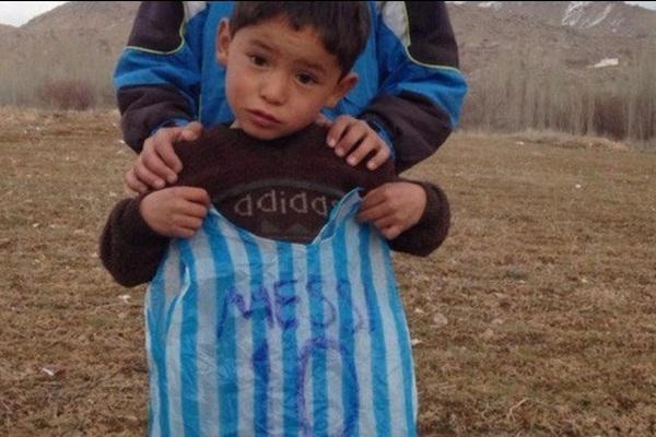 Pamätáte sa na tohto malého chlapčeka? Dar od známeho futbalistu jeho rodine priniesol oveľa viac smoly ako šťastia