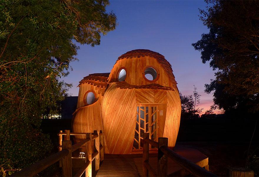 Milujete spánok v prírode? Vo Francúzsku sa nachádza rozkošný lesný domček, v ktorom sa môžete vyspať úplne zadarmo