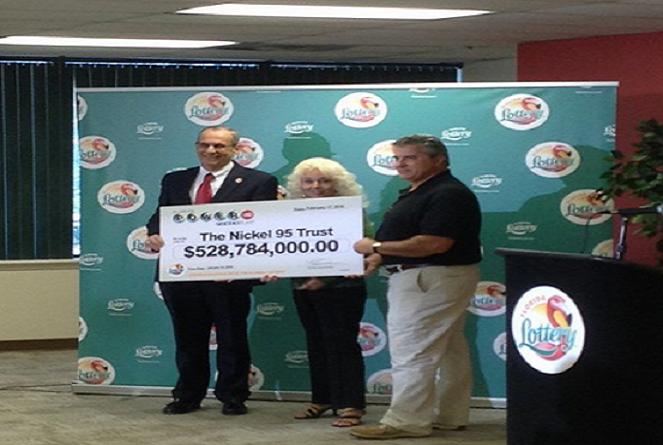 Manželia vyhrali v lotérii viac než 500 miliónov dolárov! To, ako s výhrou naložili, ťa prekvapí