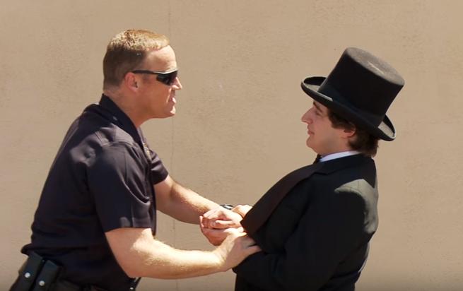 Muž zákona sa pokúšal zatknúť kúzelníka: Nečakal však, že obyčajný policajný zákrok premení na poriadnu komédiu