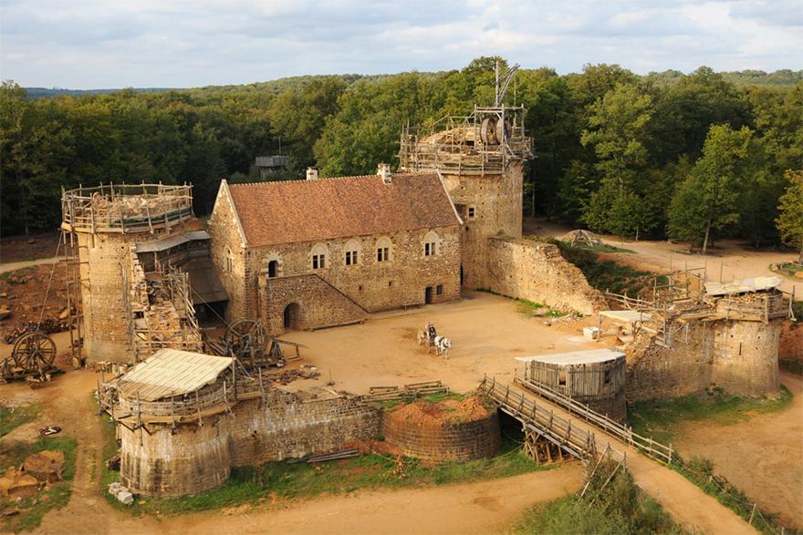 Francúzi 20 rokov stavali stredoveký hrad len pomocou stredovekých techník. Výsledok je neuveriteľný
