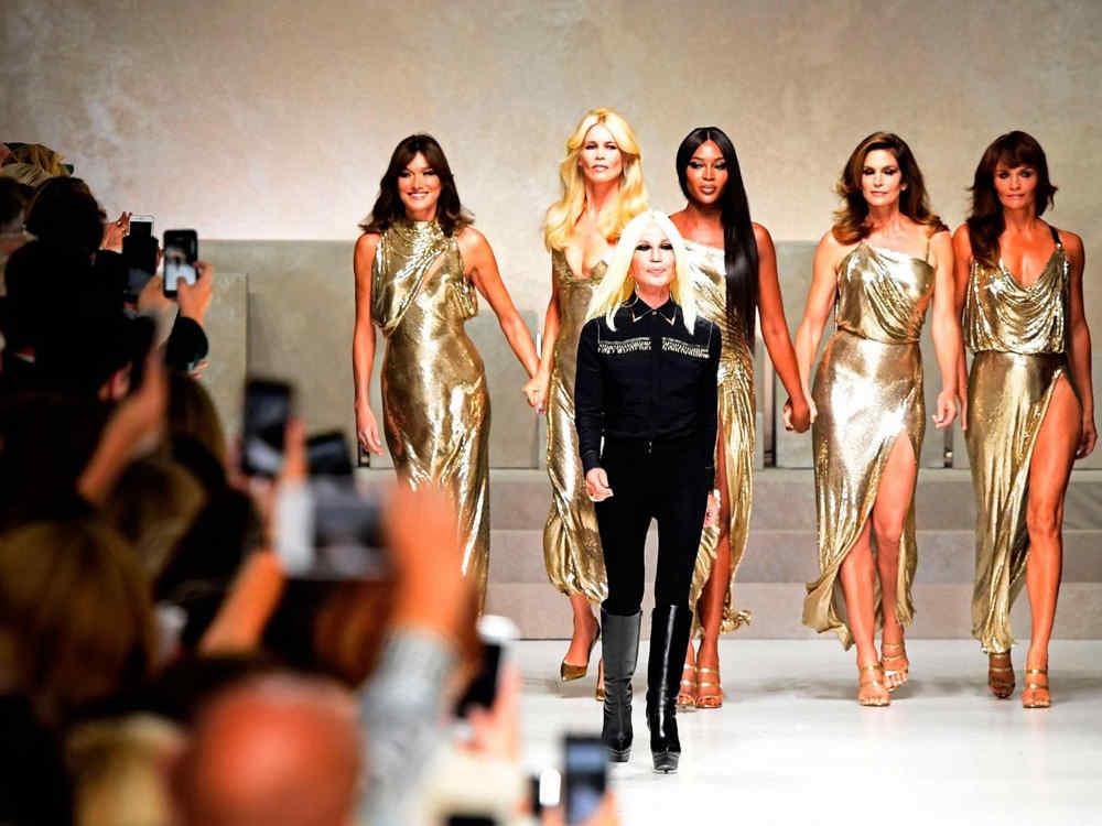 Zahraničné osobnosti predviedli outfity 90-tych rokov v Miláne na počesť zavraždeného Gianni Versace!