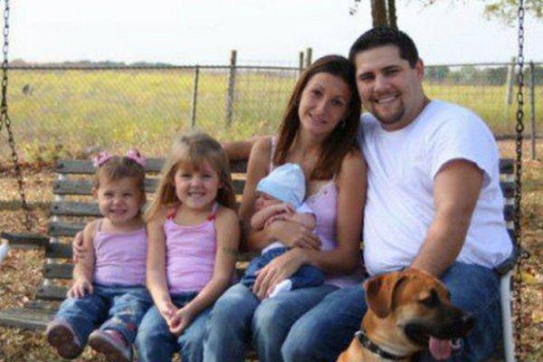 Táto rodinná fotka spôsobila na internete šialenstvo. Všimli ste si aj vy ten nepatrný desivý detail?